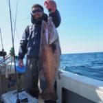 4月10日(土) 隠岐の島 中深海! 終日、北東の風が強い中での出船でしたが隠岐の島に着くと比較的に釣り易い状況でした!水深80〜100mまでの魚の活性がとても渋く苦戦しました(汗)   中深海では何とかアラを釣り上げることが出来ました! アラ7キロ 中アラ コアラ タヌキ 沖メバル レンコ ウッカリ フグ⚠️の釣果でした。