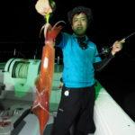 7月30(金)「23時出船便」テクニカル(汗)  皆さんの集まり良く早めの出船が出来たので、東の遠いポイントまで行ってみました!到着して群れの確認のため流し釣りからのスタートで良く釣れた場所で投錨しました。アタリがとても小さくかなりテクニカルな釣りとなりました(汗)アタリが取れる人は良く釣れました! 白イカ20〜76杯 船中319杯 スルメ多数