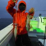 7月3日(土)          雨(汗) ,ローリング(汗)  ,スルメの猛攻(汗)・・・・・ 東寄りの風により激しいローリングと雨とで戦線離脱者が多数でるなか(涙)   スルメの猛攻を交わし何とか白イカを釣ってもらいました!白イカ 1〜30杯 船中180杯かな? スルメ大漁(笑)          「 乗り物酔い薬について」乗船される直前に服用される方を多く見受けますが、薬の効果を効率的に生かすためには数時間前の服用をオススメします!乗り物酔い薬の添付文書上では乗車船の30分前の服用を指導してますが、1日1回の服用で長時間効果が持続するので血中濃度半減期を考えても乗船時の数時間前服用の方がより安定した酔い止め効果が推測されます。ただこの種の薬は眠気を伴いますので早めに現地に到着してからの服用が望ましです。