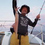 7月24(土)  「チャーター18時便」冒険! イカの大群を求めて遠くに行ってみました!初めての場所なので反応の良いところを流し釣りで試し、良く釣れた場所で投錨しました!23時頃から東風が強くなり横揺れと共にイカの釣れも悪くなりましたが、冒険した甲斐あって良型混ざりで良く釣れました(笑)  白イカ50〜85杯 船中566杯 スルメ多数