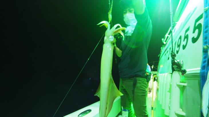 8月20(金) 激流(汗) !!「乗合22時出船便」ポイントに着き釣りをスタートとすると皆さんのラインがトローリング状態であちらこちらでお祭り騒ぎ(汗)全く釣りにならないので、流し釣りに切り替え何とか釣れ出しました(汗)  白イカ9〜35杯 船中215杯 スルメ少々