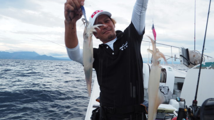 8月21日(土) スタートダッシュ!「チャーター17時出船便」明るいうちは流し釣りでスタート!幸い良い群れを見つけ何回も流し数稼ぎ(笑)  投錨し灯を入れてからも釣れ続けましたが、途中から暴風雨で船が流され出してからは全く釣れなくなりました(涙)  釣果の60%は明るいうのスタートダッシュでした! 白イカ23〜40杯 船中340杯 スルメ少々